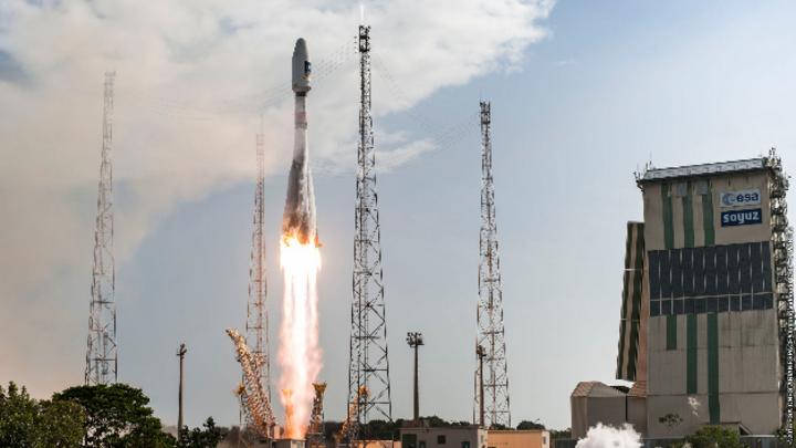 Start der Soyuz-Rakete VS13, die die beiden Galileo-Satelliten 11 und 12 wie geplant in ihren Orbit transportiert.
