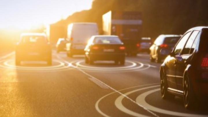 Fahrzeuge mit Kreissymbolen auf der Straße