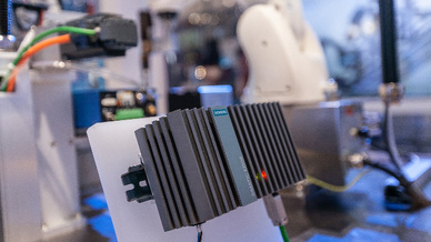 Das Simatic Edge Device beruht auf dem Embedded-Industrie-PC Simatic IPC227E und ist durch integrierte Connecticity zur Automatisierung an der Maschine angeschlossen.