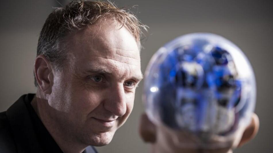 Alejandro Vukotich, bislang Leiter Entwicklung automatisiertes Fahren bei Audi, im Gespräch mit dem humanoiden Roboter »Sophia« – mit durchsichtigem Hinterkopf.