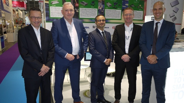 Besiegelten auf der electronica die Zusammenarbeit: Markus Zemp (Managing Director ALTRAC), Holger Schierenbeck (Sales Director Fortec Power Supplies), Vijay Gujarathi (COO EOS Power), Jörg Traum (COO Power Supplies Fortec), Ralph Bischoff (Managing Director EOS Power).