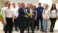 Franz Untersteller, Umweltminister des Landes Baden-Württemberg, hat die Firma Veith Gebäudetechnik aus Bühl als ersten »Ort voller Energie« ausgezeichnet.