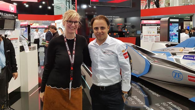 Alle Fragen beantwortet: Felipe Massa, Neuzugang im Formel-E-Team Venturi, nach dem Interview mit Stefanie Eckardt, ltd. Redakteurin Elektronik automotive, auf dem Electronica-Stand des Venturi-Technologie-Partners Rohm Semiconductor.