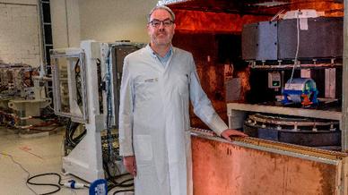 Mit Hilfe eines offenen MRT-Scanners konnten Dr. Aswin Hoffmann und sein Team am OncoRay nachweisen, dass sich die Magnetresonanz-Tomographie (MRT) mit einem Protonenstrahl kombinieren lässt.