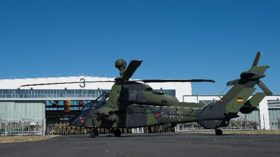 Hessen, Fritzlar: Der Kampfhubschrauber »Tiger« steht während des Rückkehrerappells des Kampfhubschrauberregiments 36 für den beendeten Auslandseinsatz in Mali auf dem Flugfeld.