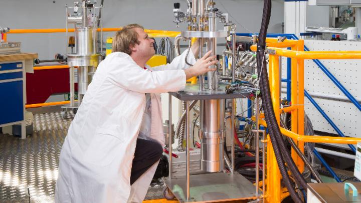 Dr. Zachary Evenson am TOFTOF Flugzeitspektrometer an der Neutronenquelle FRM II.
