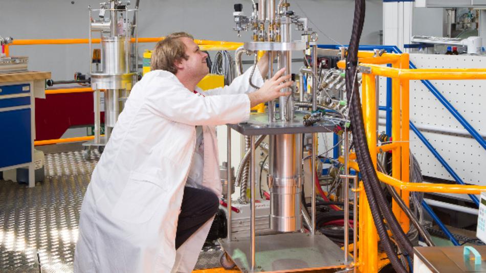 Dr. Zachary Evenson am TOFTOF Flugzeitspektrometer an der Neutronenquelle FRM II der TU München.