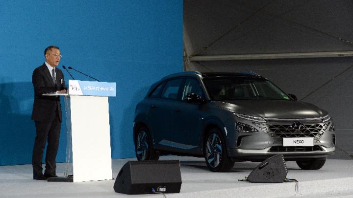 Euisun Chung neben Hyundai Nexo