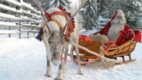 Weihnachtsmann im Schlitten mit Rentier