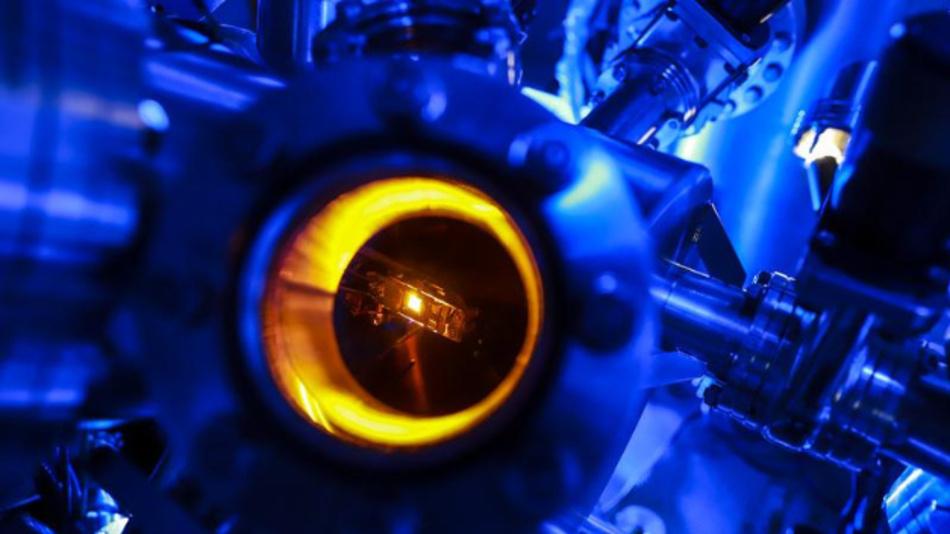 Im Labor wird in einer Präparationskammer eines Rastertunnelmikroskops ein strukturierter Siliziumcarbid-Kristall aufgeheizt, damit kleinste Graphen-Strukturen entstehen können.