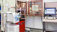 In der experimentellen Umweltsimulation werden die Displays in einer Klimakammer und mit einem Schwingerreger belastet.
