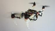 Die neue Drohne klappt sich während des Flugs zusammen, um Ritzen oder kleinere Löcher in der Wand besser zu passieren