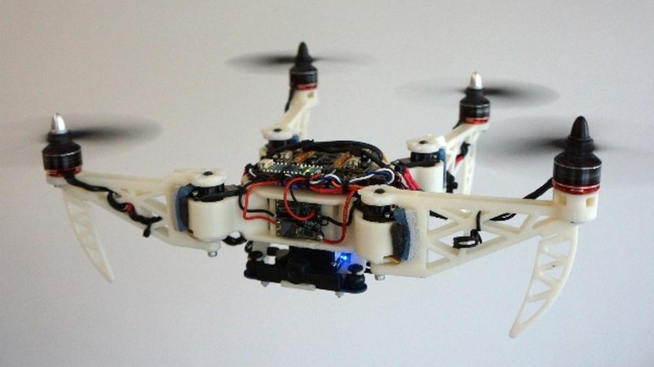 In einem engen Durchgang wechselt die Drohne in eine H-Form und richtet alle Arme entlang einer Achse aus