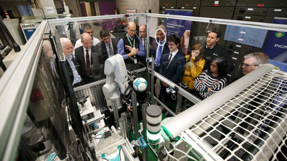 Maxim nutzte seine Smart-Factory-Zelle zur automatisierten Prüfung verschiedener Fußball-Modelle bisher als Messe-Demonstrator, unter anderem auf der electronica.