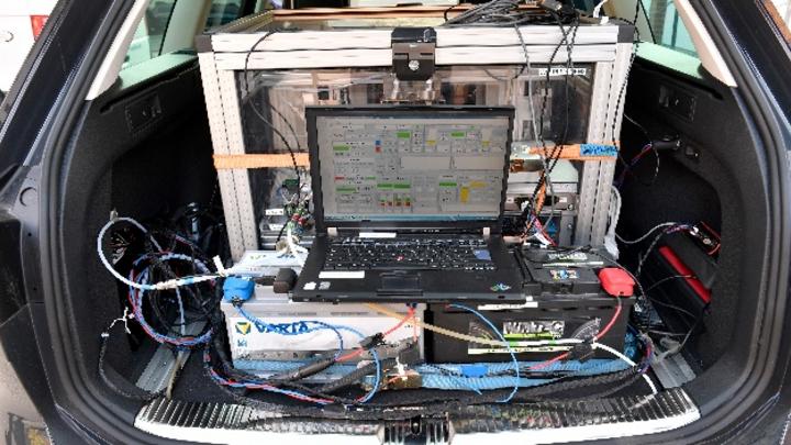 Ein PKW mit einem 150-PS-Diesel-Motor, Abgasnorm Euro 6, steht mit Prüftechnik zur Schadstoffmessung ausgerüstet auf einem Hof des Instituts für Automobiltechnik der TU Dresden, zur Schadstoffmessung. Im Kampf gegen zu schmutzige Luft haben Paris, Br