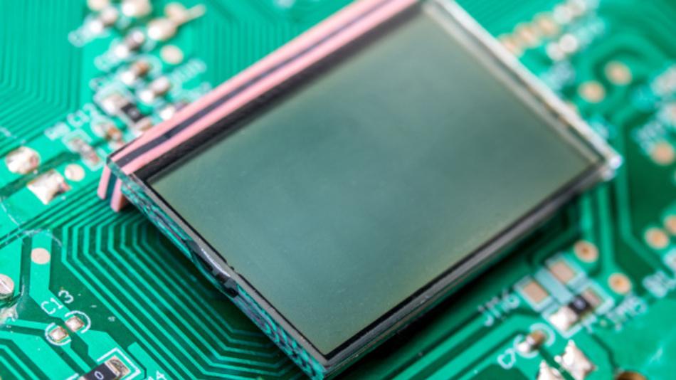 Berührungen auch ohne Touch-Sensor erkennen: Ein IC von Solomon Systech macht das für einfache PMOLED-Displays möglich.