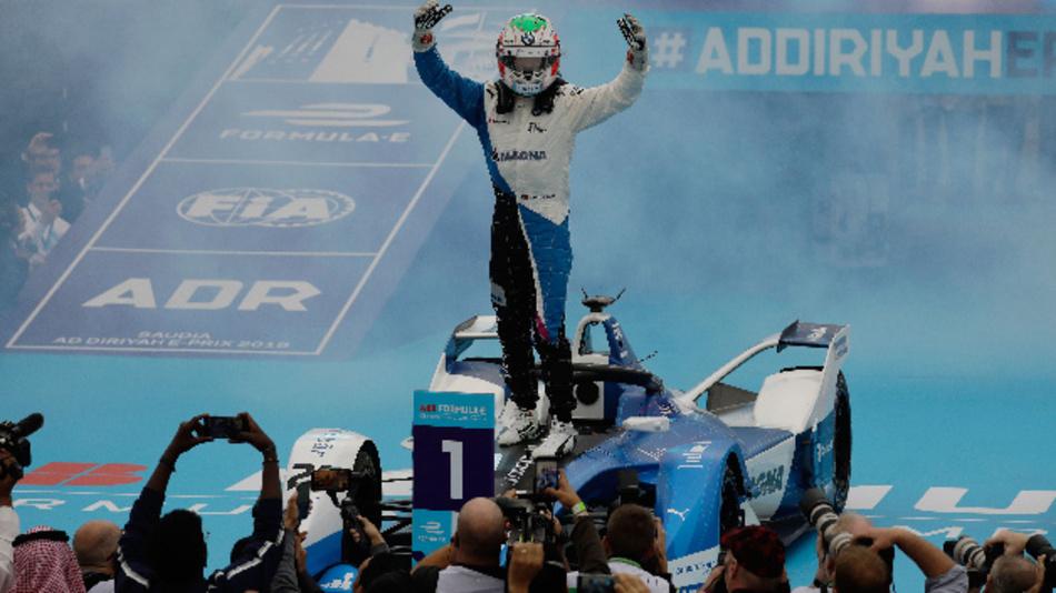 Félix da Costa lässt sich nach seinem Sieg mit dem BMW Rennwagen iFE.18 feiern.