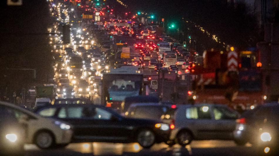 Der abendliche Berufsverkehr fließt auf dem Kaiserdamm im Zentrum von Berlin.