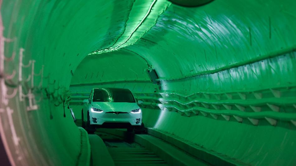 Elon Musk, Vorstandsvorsitzender von Tesla, fährt mit einem modifizierten Tesla Model X während einer Enthüllungsveranstaltung durch einen Testtunnel. Die von Musk gegründete Firma The Boring Company sieht in Tunneln ein zukunftsweisendes Verkehrskonzept.