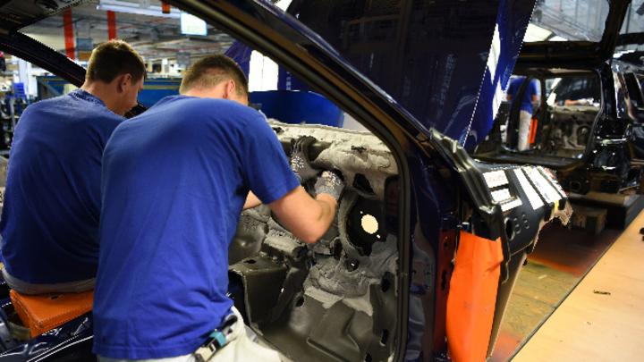 Mitarbeiter im Volkswagen Werk in Emden