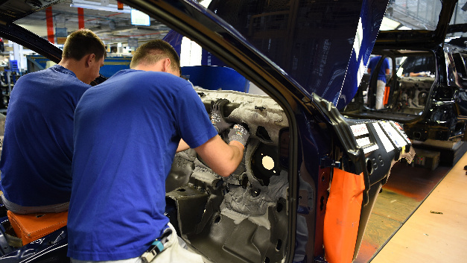 Mitarbeiter arbeiten im Volkswagen Werk in Emden am Passat Modell.