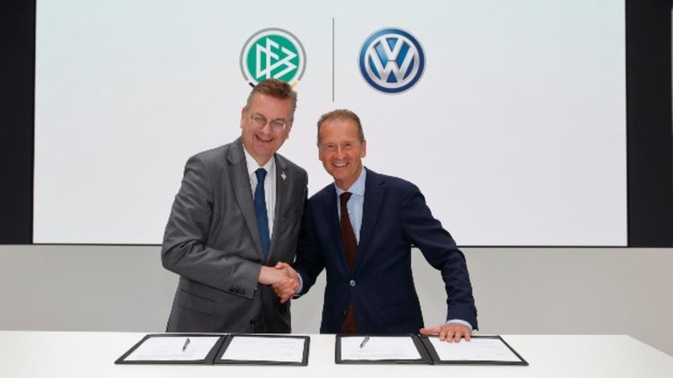 Volkswagen Chef Herbert Diess und DFB-Präsident Reinhard Grindel freuen sich auf die Partnerschaft.