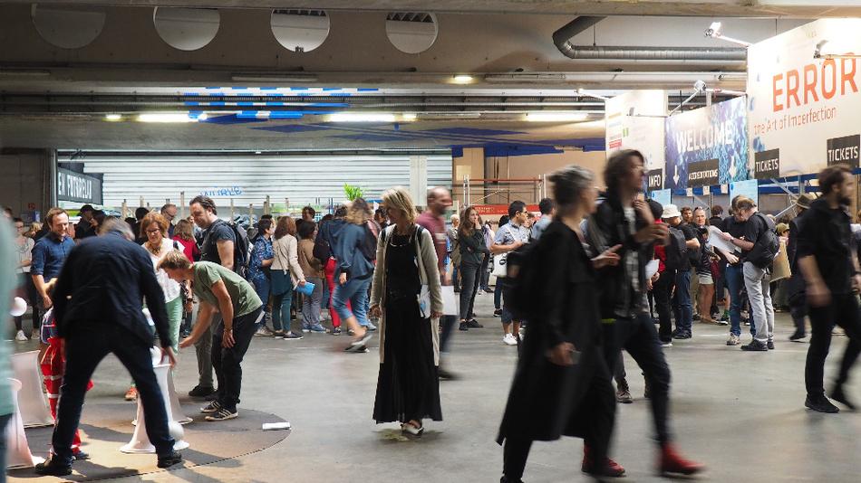 Hier fuhren früher die Postautos hinein um Pakete und Briefe abzugeben oder aufzunehmen. Jetzt dient die langgezogene Halle als Eingangsbereich für die Ars Electronica. Die Besucher betreten das Ausstellungsgelände nach wie vor über eine breite Rampe.