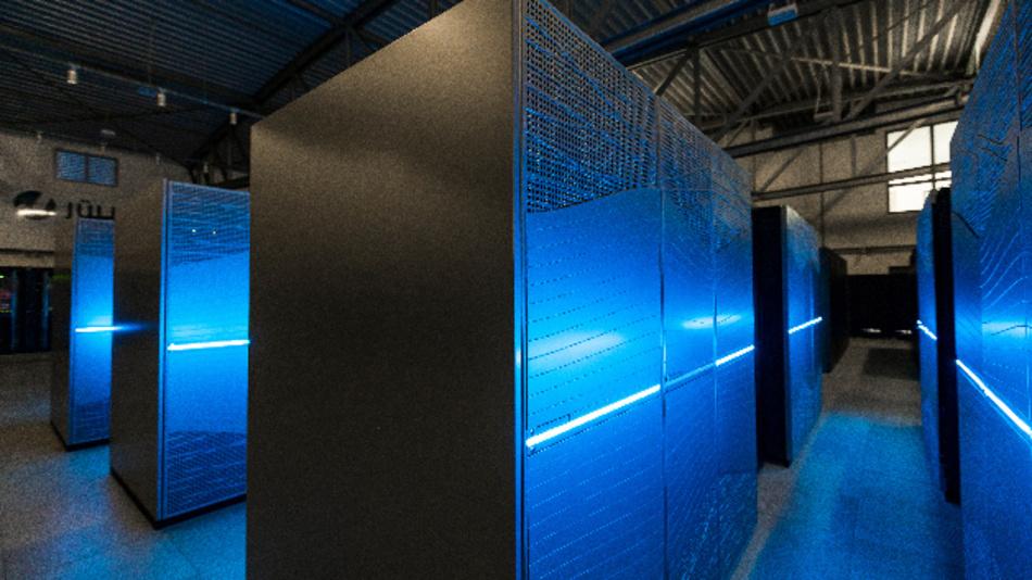 Mit JUWELS verfügt das Forschungszentrum über einen Supercomputer, der zu den schnellsten der Welt gehört. Der Rechner ist bei Forschern aus ganz Europa hochbegehrt. Das System wird unter anderem für Simulationen in der Hirnforschung verwendet, etwa im europäischen Human Brain Project (HBP).