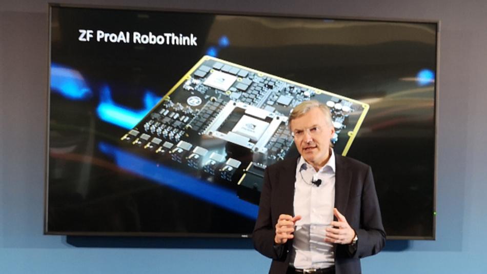 Wolf-Henning Scheider, Vorstandsvorsitzender von ZF Friedrichshafen: »Wir stellen heute mit der ZF ProAI RoboThink den leistungsstärksten KI-fähigen Supercomputer vor, den die Mobilitäts-Branche derzeit zu bieten hat.«