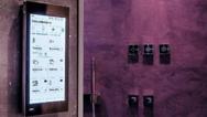 Von der Sicherung der Immobilie über die Steuerung des gesamten Entertainment-Systems bis hin zum Bad als Wohlfühloase – die raumübergreifende Vernetzung ist mittels Gira KNX-System möglich. Auf Basis des Gira HomeServers ergeben sich aufeinander abg