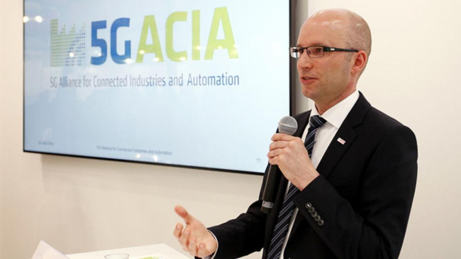 Dr. Andreas Müller, Vorsitzender der 5G-ACIA, verkündet bei der Presseconferenz auf der Hannover Messe 2018 den Start der Initiative.