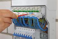 Vorschriftenkonforme Trennung der Neutralleiter im Verteilerkasten ohne zusätzliche Tragschiene: Die Klemme Fixconnect NT von Hensel.