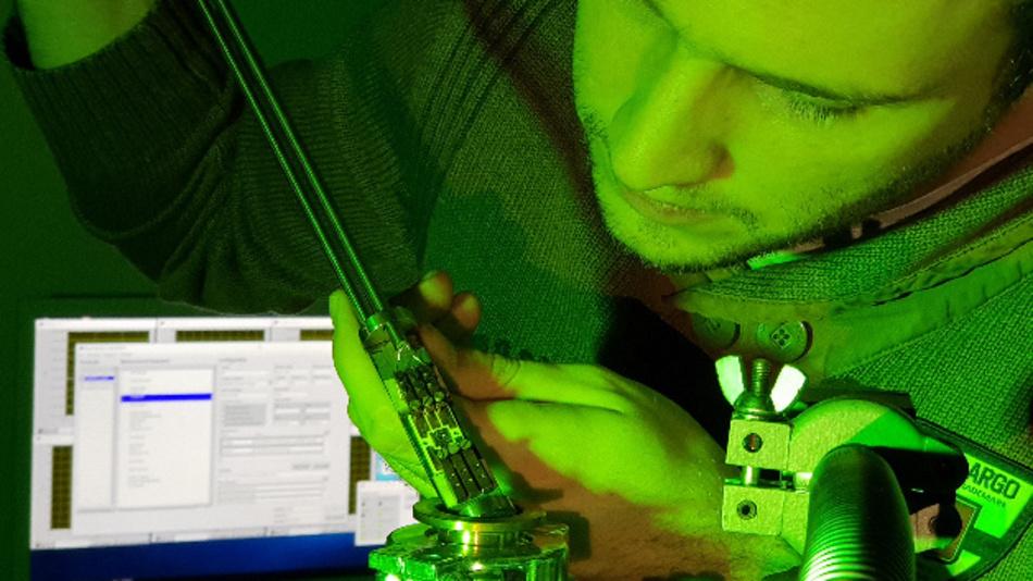 Physiker Martin Hauck baut einen Siliziumkarbid-Transistor in die Messapparatur ein: Die FAU-Forscher haben eine Methode gefunden, um Defekte an den Grenzflächen der Schalter aufzuspüren.