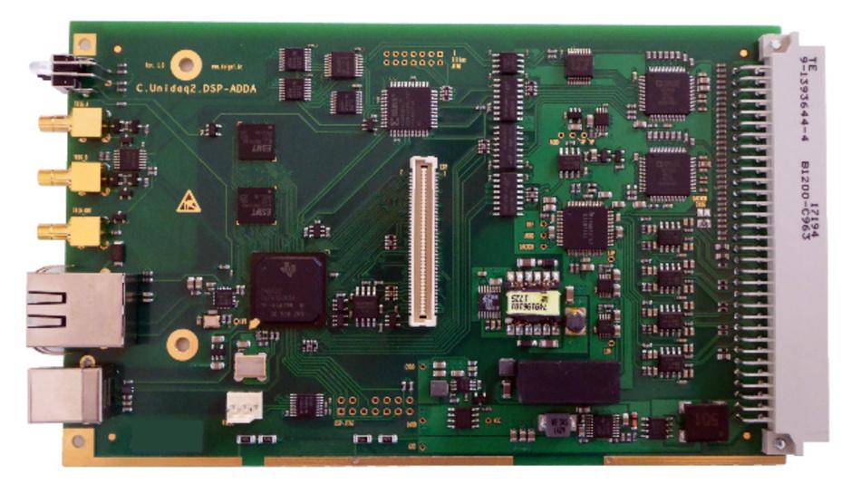 Industrietaugliche UniDAQ2-Messkarten mit 16 A/D- und acht D/A-Umsetzern mit jeweils 16 bit Auflösung. Messdaten werden über einen DSP - hier von Texas Instruments - lokal vorverarbeitet.