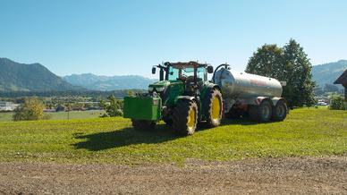 Das Allgäuer Überlandwerk und John Deere testen den Einsatz eines Hybridtraktors in Kombination mit einem stationären Batteriespeicher in einem Allgäuer Landwirtschaftsbetrieb.