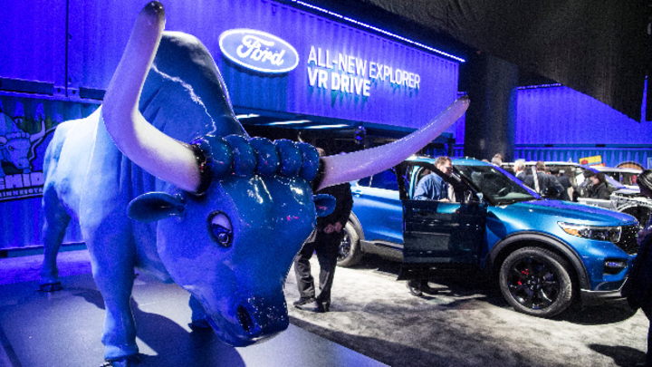 Skulptur eines Longhorn-Rinds neben Ford Explorer VR Drive