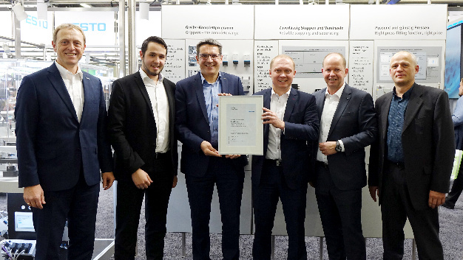 Vertragsunterzeichnung auf der Messe SPS IPC Drives 2018 in Nürnberg. V.l.n.r.: Michael Gschwendtner (Festo), Manuel Gschwend (Conrad), Thomas Otto (Festo), Michael Schlagenhaufer (Conrad), Jürgen Norbisrath (Festo), Martin Schertl (Conrad)
