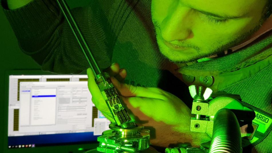 Physiker Martin Hauck baut einen Siliziumkarbid-MOSFET in die Messapparatur ein: Die FAU-Forscher haben eine Methode gefunden, um Defekte an den Grenzflächen der Schalter aufzuspüren.