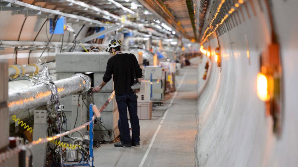 Ein Techniker arbeitet am Cern.