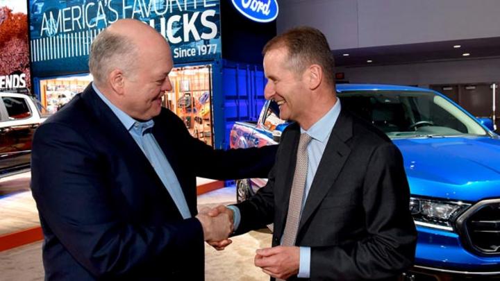 Jim Hackett, Ford (links) und Dr. Herbert Diess, Volkswagen, bekräftigen die neue Allianz der beiden Automobilhersteller mit einem Handschlag.