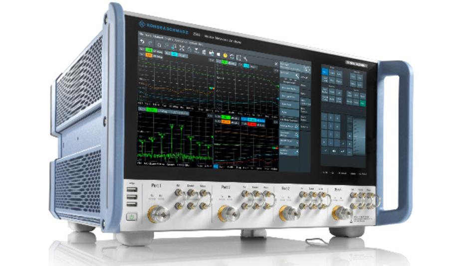 Vektoranalysator R&S ZNA43 mit 4 Kanälen. Spezifiziert wird der Frequenzbereich bis 43,5 GHz in der Ausführung mit 2,4-mm-Anschluss. Bei der Standardausführung mit 2,92-mm-Anschluss ist bei 40 GHz das Limit der Buchsenspezifizierung erreicht.