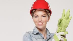 Handwerkerin mit Schutzhelm