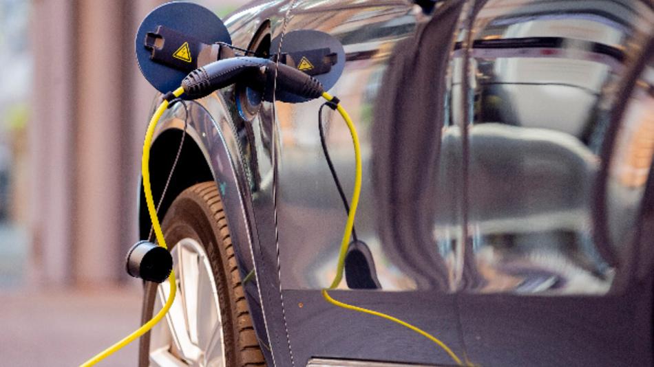 Ein Ladekabel steckt an einem Elektroauto.