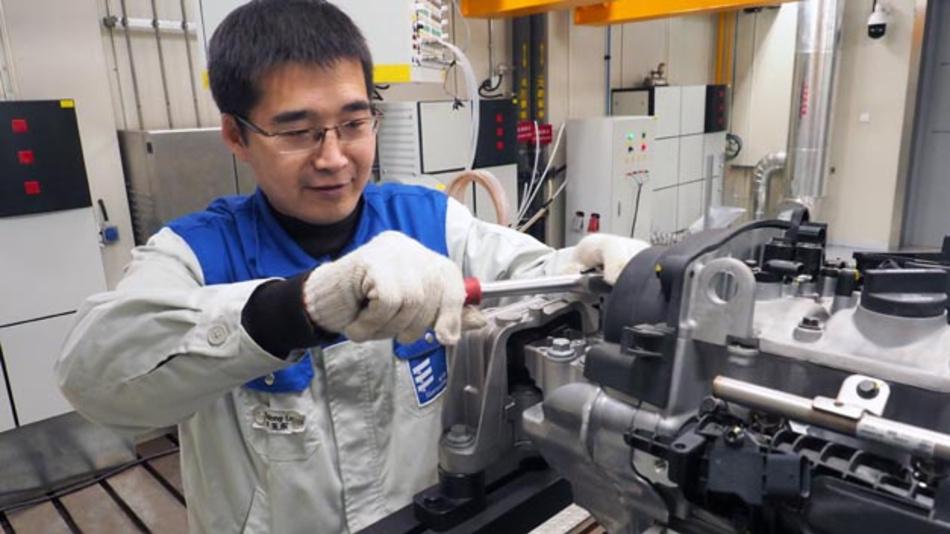 Vorbereitung eines Tests am Motorenprüfstand