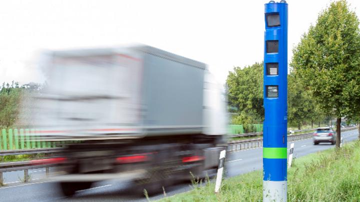 Kontrollsäule von Toll Collect an einer Bundesstraße