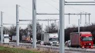 Baufortschritt E-Highway in Schleswig-Holstein zwischen Reinfeld und Lübeck. Hier sollen in Zukunft einmal Lastwagen mit Elektroantrieb in einem Testbetrieb den Strom aus einer Oberleitung beziehen können.