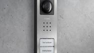 Audio-/Video-Grundfunktionen für bis zu vier Wohneinheiten und jetzt mit optisch ansprechender Edelstahl-Oberfläche: Türstation »Siedle Compact«