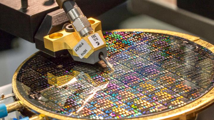 Ein Forscherteam am Fraunhofer IAF beschäftigt sich bereits seit mehreren Jahren mit den piezoelektrischen Eigenschaften von ScAlN für den Einsatz in Hochfrequenzfiltern. Das Foto zeigt den Test solcher Bauelemente auf einem Wafer.
