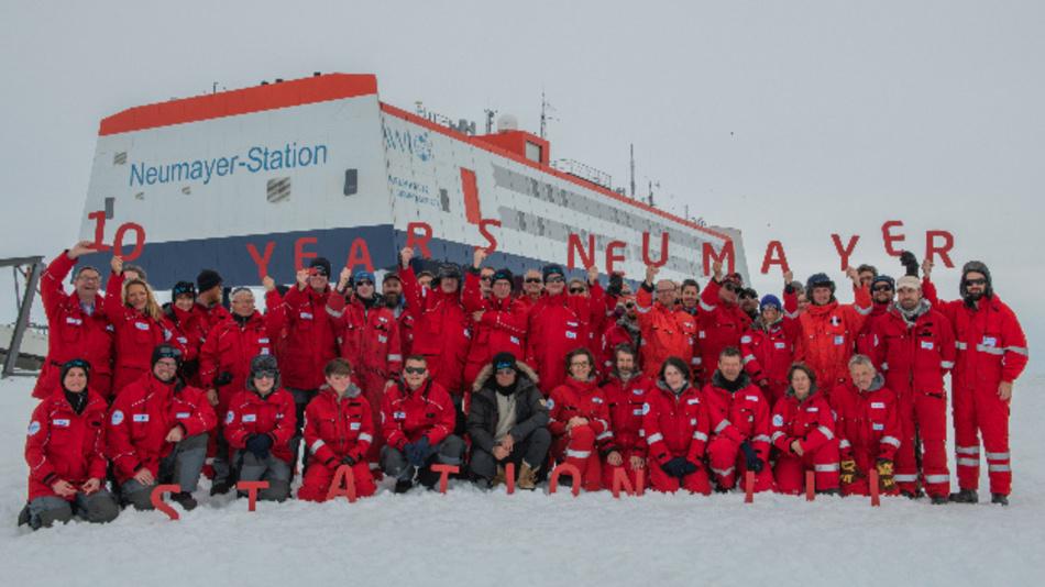 """Happy Birthday, Neumayer-Station III: Vor 10 Jahren wurde die beeindruckende Station in der Antarktis gebaut. Glückwünsche überbrachten u.a. AWI-Direktorin Antje Boetius (obere Reihe 2. vl), UBA Präsidentin Maria Krautzberger (obere Reihe 3. vl), BMBF-Staatssekretär Michael Meister (Mitte unter dem """"R""""), KIT-Vorstand Holger Hanselka (Mitte unter dem """"S""""), Helmholtz-Präsident Otmar Wiestler (Mitte unter dem """"N"""")."""