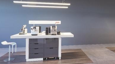 Ein wesentliches Element der Premium-Partner-Offensive ist die Ausstattung des PoS mit hochwertigem und attraktivem Jura-Mobiliar.